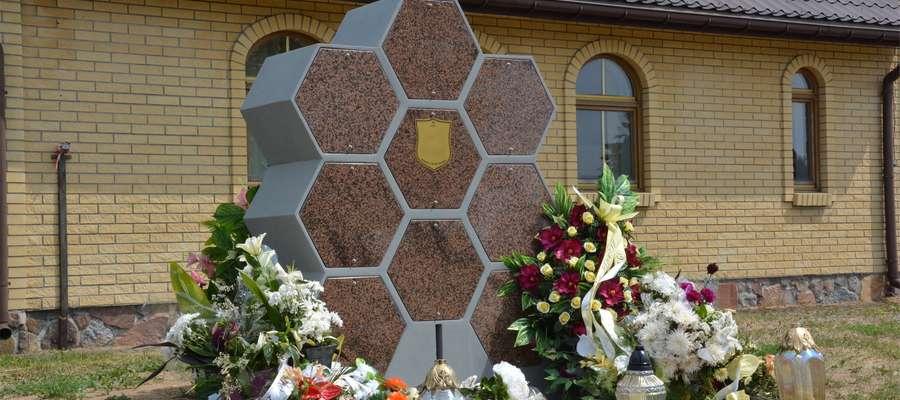 Kolumbarium w kształcie plastra miodu na cmentarzu komunalnym II w Olecku