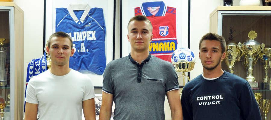 Od lewej strony Paweł Sagan, Dawid Ksiuk i Patryk Czarnota — nowi piłkarze Jezioraka