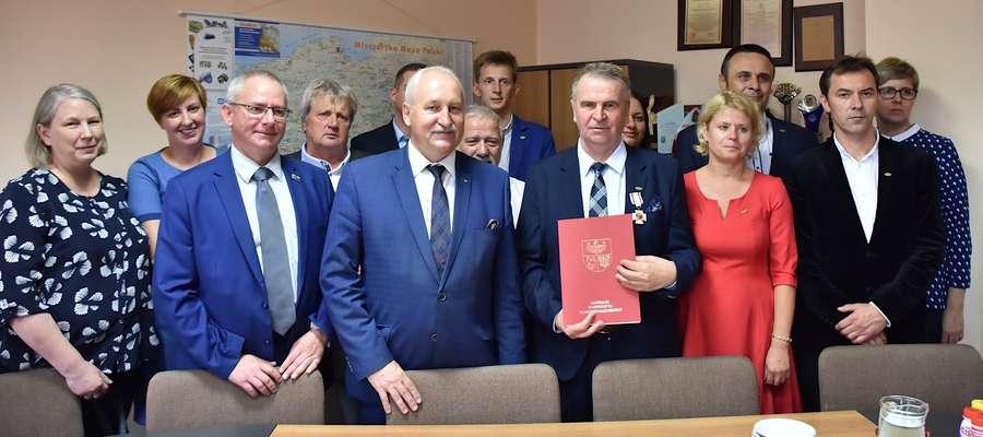 Pamiątkowe zdjęcie uczestników uroczystości podpisania umowy w Spółdzielni Mleczarskiej Mlekovita w Lubawie Fot. Urząd Marszałkowski