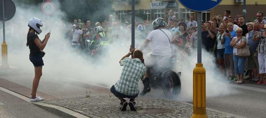 Palenie gumy w trakcie parady motocyklowej na ulicach Giżycka