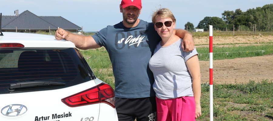 Instruktor Artur Masiak i pani Jolanta Kawałko, kursantka, na placu manewrowym w trakcie lekcji jazdy