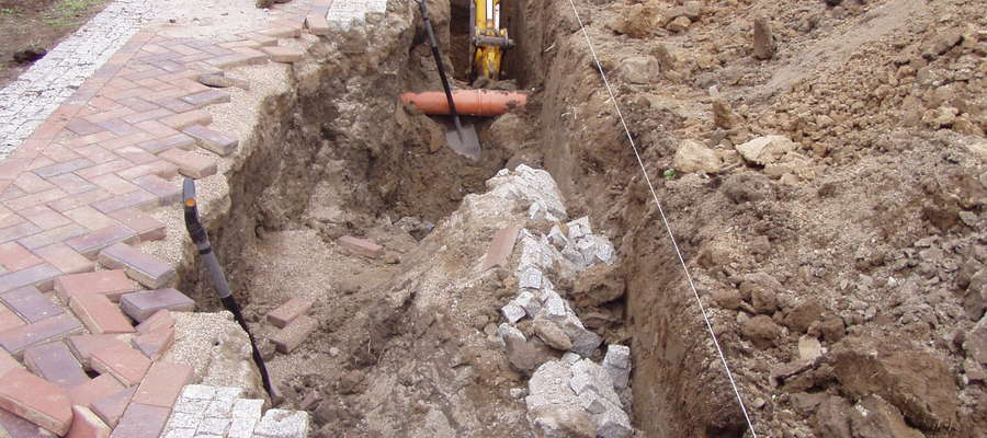 Tuż obok wykopu znajduje się utwardzony chodnik. Duża bryła ziemi spod chodnika, o długości 2,5 metra i szerokości około 0,5 metra spadła na mężczyznę i go zasypała
