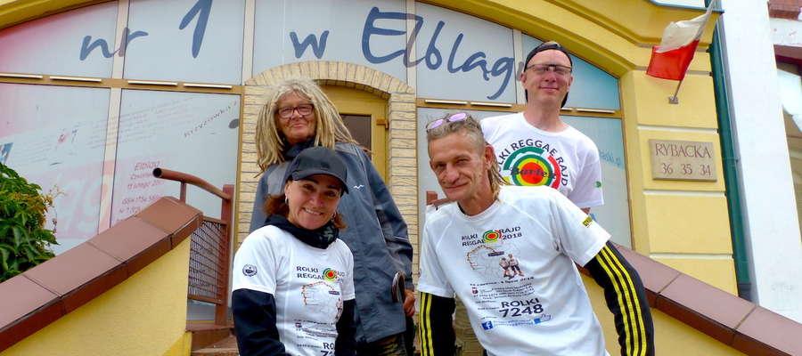 Agata i Wojtek Miszewscy (na dole) chcą przejechać na rolkach 1000 kilometrów i pomóc chorym bliźniakom