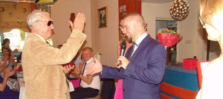 Na urodzinach musi być wesoło! Stanisław Piasek (Morena Iława, z lewej) przybija piątkę Mirosławowi Mirynowskiemu (ZKF Olimp)