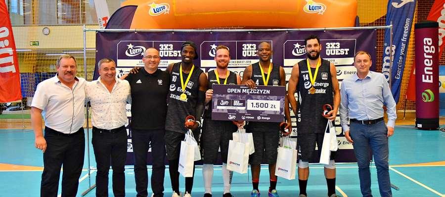 Zwycięzcy turnieju, Energa 3x3 Gdańsk, w towarzystwie sponsora reprezentacji Polski