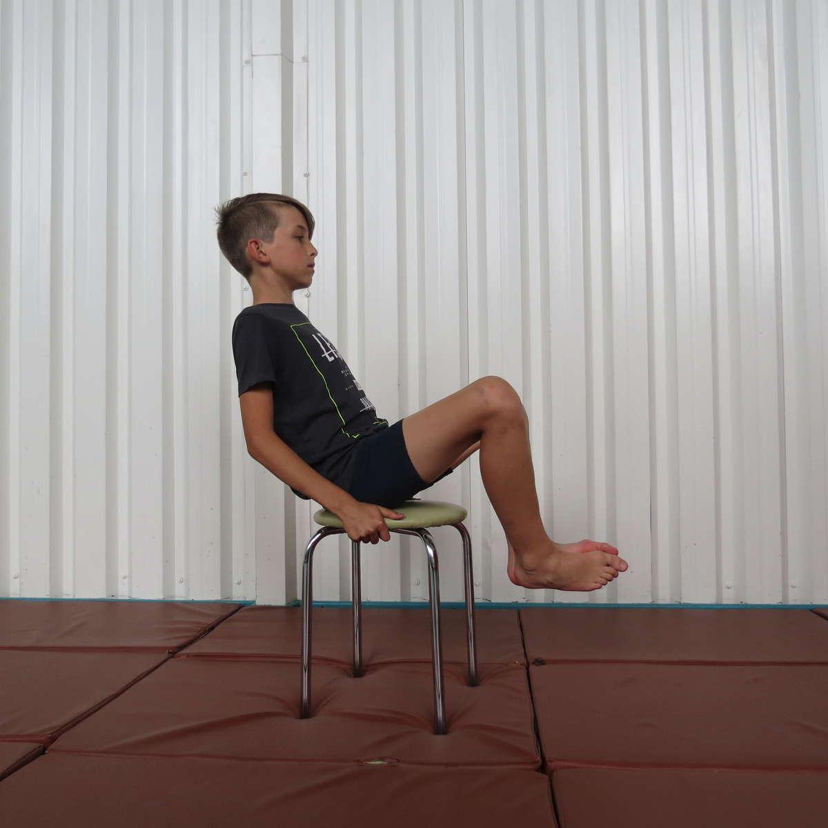 Ćwiczenie 6 na płaskostopie. Model Kacper Kuształo