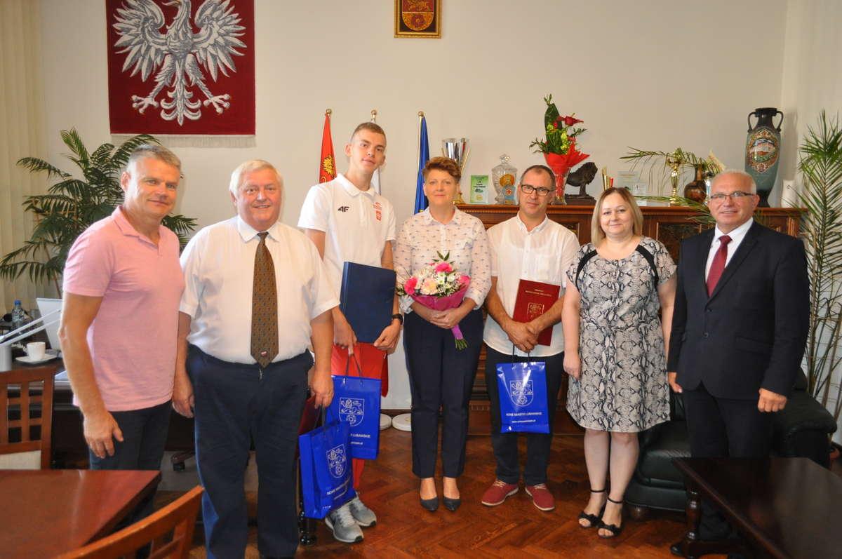 Burmistrz wręczył Kacprowi podziękowanie za wyniki sportowe i promocjęmiasta