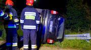 Uderzyła w barierkę, auto przewróciło się na bok [zdjęcia]