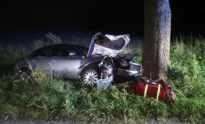 Zasnął za kierownicą i uderzył w drzewo. 3 osoby w tym dwoje dzieci w szpitalu
