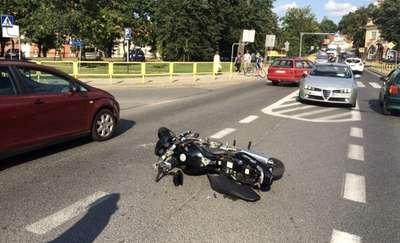 Wypadek pod Oranżerią. Motocykl uderzył w auto