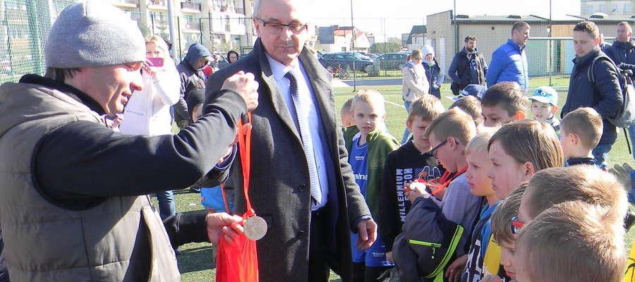 — Przyszłość klubu i piskiej piłki nożnej to właśnie te jego dzieciaki, które garną się do treningów bodaj i w środku zimy. Moim zdaniem, właśnie temu celowi powinna być podporządkowana działalność klubu — twierdzi Burmistrz Andrzej Szymborski