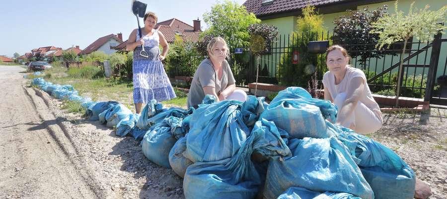 Jonkowo zalane  Jonkowo-ulicę Koralowa notorycznie zalewana przez wodę Nz.Katarzyna Zacharewicz z koleżankami