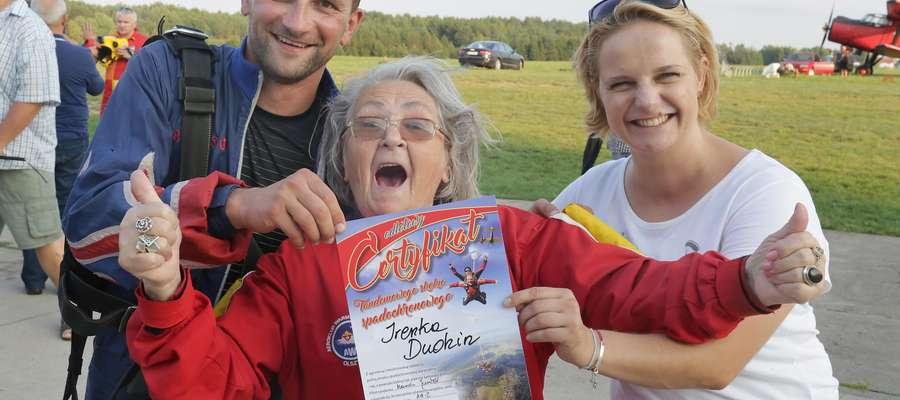 75-letnia Irena Dudzin przyjechała na olsztyńskie lotnisko na Dajtkach aż z Orzysza, by spełnić swoje największe marzenie - skok ze spadochronem w tandemie