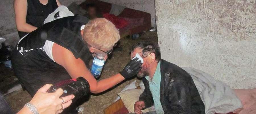 Wolontariusze grupy zawsze pomagają bezdomnym