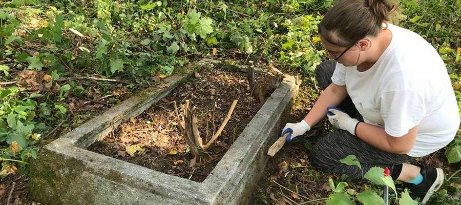 Młodzież z trzech krajów oczyściła stary cmentarz