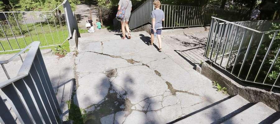 Fatalny stan schodów prowadzących do parku Kusocińskiego