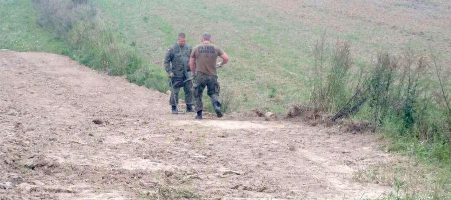Saperzy przy pracy na polu w Marcinowej Woli