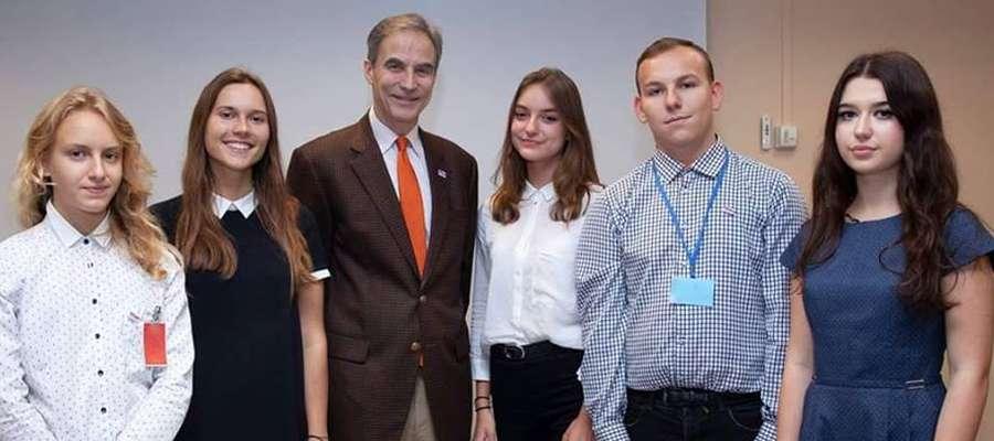 Julia Mazurek (w środku) wraz z innymi laureatami programu
