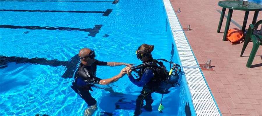 Pokazy ratownictwa wodnego na basenie miejskim w Bartoszycach
