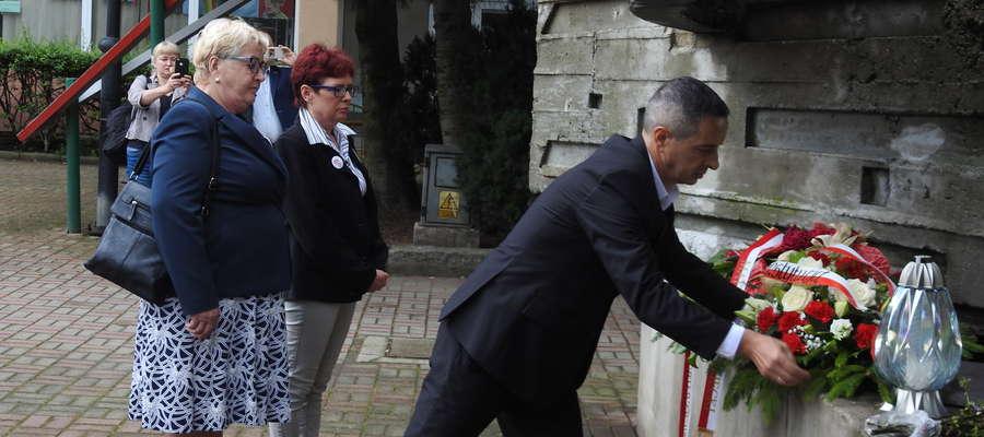 Henryka Krzywonos wizytę w Elblągu rozpoczęła od złożenia kwiatów pod Pomnikiem Ofiar Grudnia 70