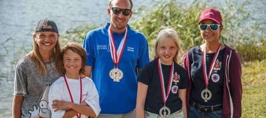 Młodzi żeglarze-medaliści z trenerem Michałem Maśkiewiczem