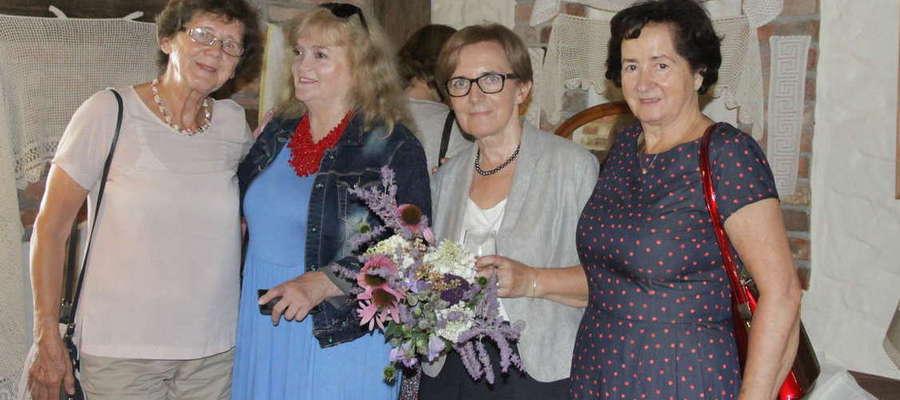 Wernisaż koronki artystycznej Barbary Jagody Lewandowskiej (druga z prawej) odbył się w lipcowy piątek w Starym Tartaku w Iławie
