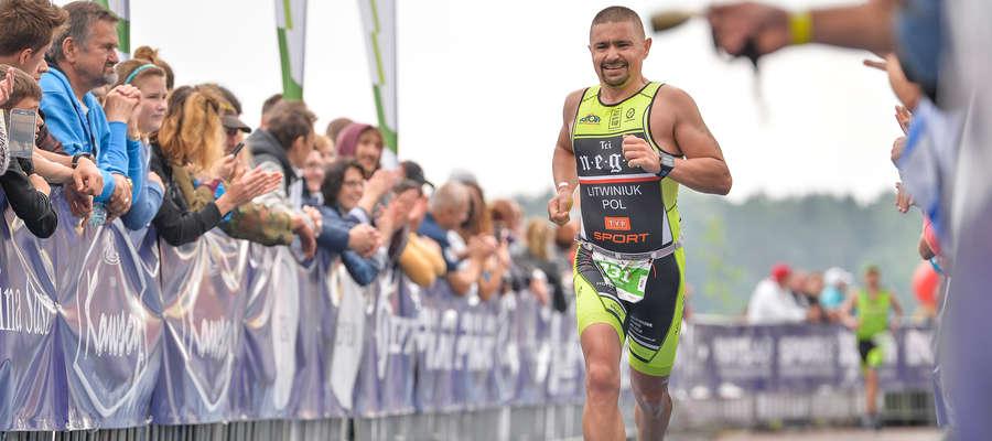 Krzysztof Litwiniuk z Susza, jeden z trenerów prowadzących otwarte treningi przed olsztyńskim Półmaratonem, na olsztyńskiej plaży miejskiej