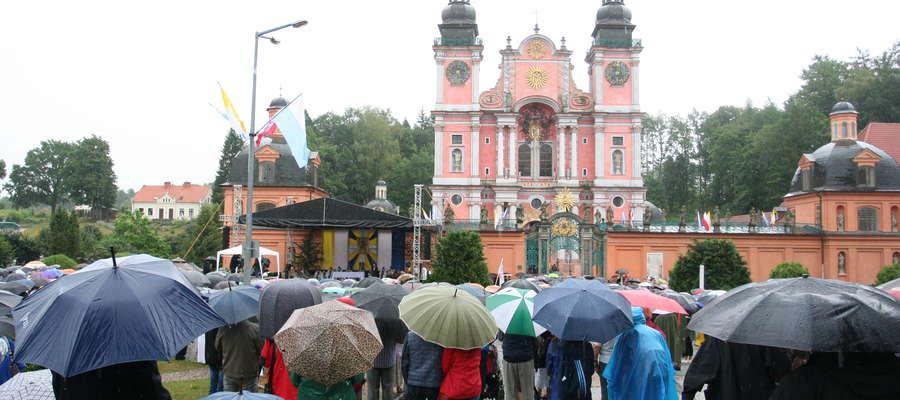 Parking przed świętolipskim sanktuarium ponownie wypełnił się wiernymi.