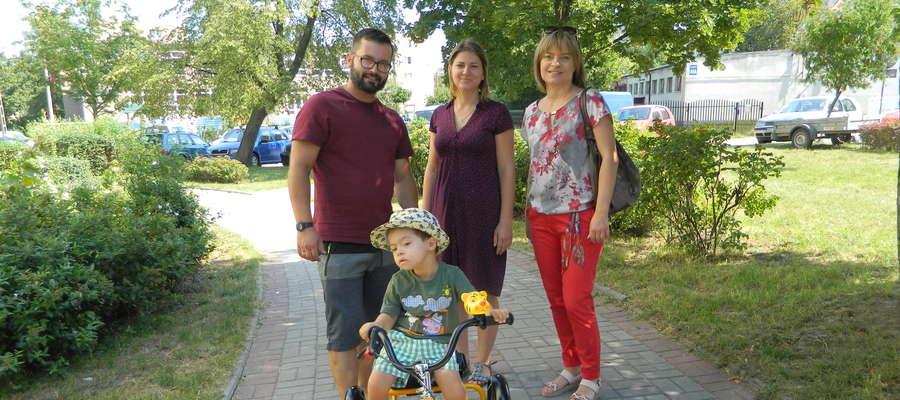 """Tomek z rodzicami oraz Iwoną Żochowską-Jabłońską, dyrektor zarządzającą Fundacji """"Przyszłość dla Dzieci"""""""