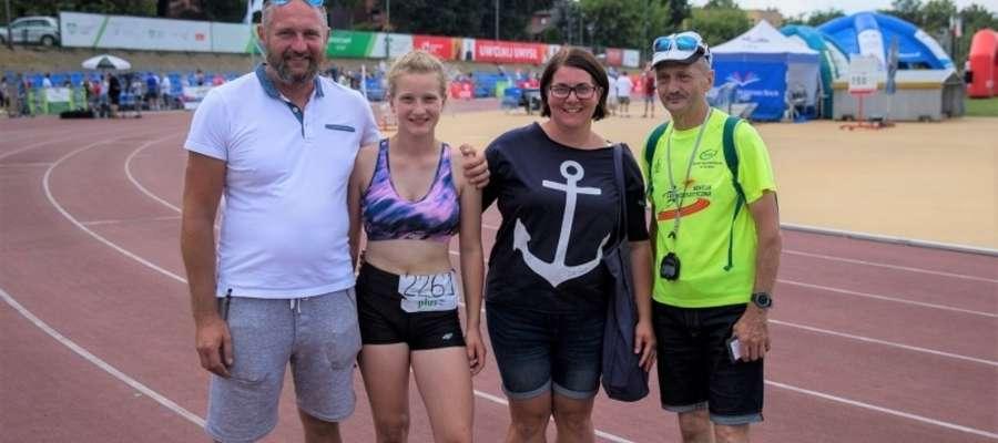 Julia Szmigiel z rodzicami i trenerem Andrzejem Szyslerem