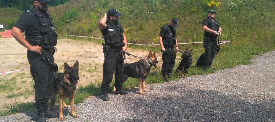 Na strzelnicy w Ostródzie przewodnicy psów policyjnych zaprezentowali wyszkolenie swoich czworonogów