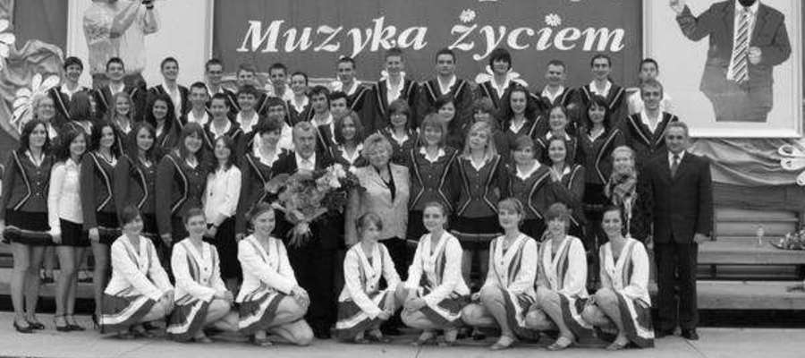 Na zdjęciu w centralnym miejscu Bogdan Olkowski. Orkiestra otrzymała nagrodę Ministra Kultury i Sztuki w 1996 roku