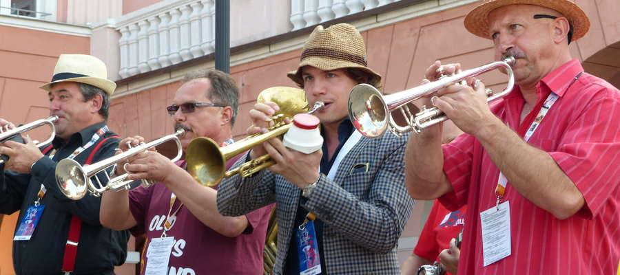 """Sierpień w Iławie to oczywiście Międzynarodowy Festiwal Jazzu Tradycyjnego Old Jazz Meeting """"Złota Tarka"""". Tu przemarsz muzyków do amfiteatru"""