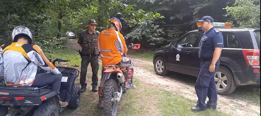 Policjanci razem ze Strażą Leśną patrolują lasy