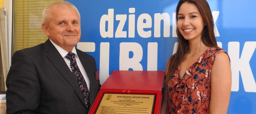 Patrycja Adamczyk odebrała nagrodę za tegoroczne wyniki sportowe od burmistrza Pasłęka Wiesława Śniecikowskiego