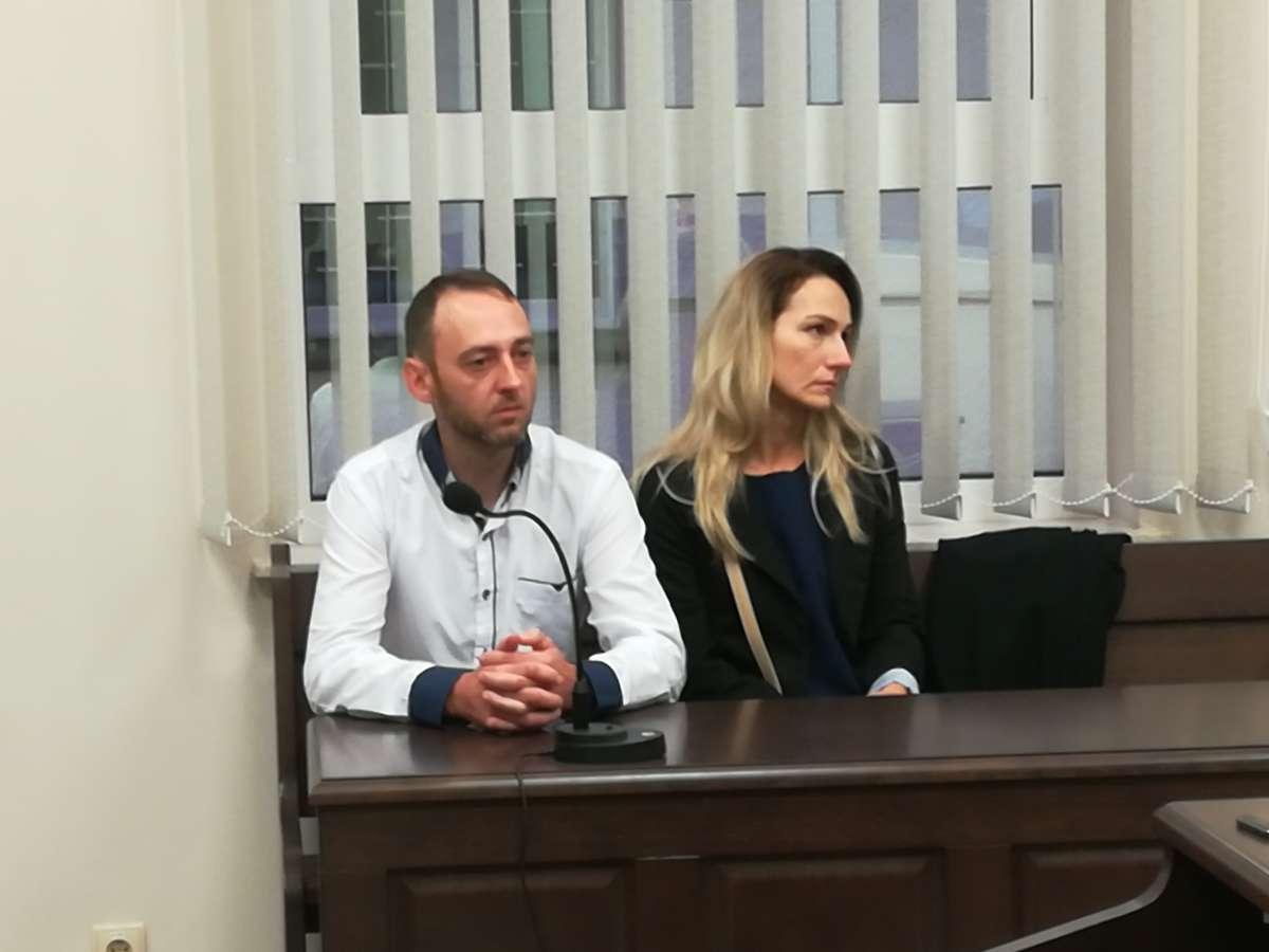 Monika i Daniel Mucha spod Dobrego Miasta, małzenstwo, rodzice Leny, dziewczynki zmarłej w 2016 roku w szpitalu dzieciecym w Olsztynie. Zdjecia z ogłoszenia wyroku. Zgodzili sie na publikacje wizerunku i nazwiska.