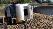 Samochód ciężarowy przewrócił się na bok. W kabinę kierowca wbiła się barierka [zdjęcia]