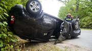 Zderzenie w Dąbrowie. Dacia dachowała po uderzeniu przez mazdę [zdjęcia]