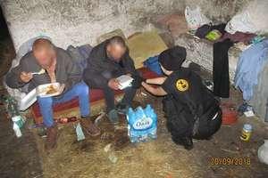 Ciepły posiłek i woda dla bezdomnych