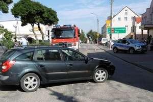 Samochód staczając się przygniótł kobietę do ściany budynku