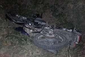 Pijany motorowerzysta jechał bez kasku i uderzył w drzewo ...