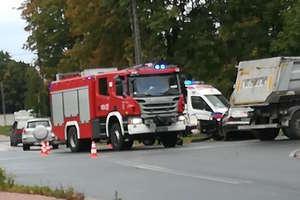 Opel Astra uderzył w tira. Dwie kobiety i trzymiesięczne dziecko trafiły do szpitala