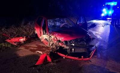 Uderzył w drzewo. Kierowca i pasażer uciekli z miejsca zdarzenia