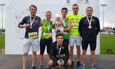 Finiszowcy biegają i pomagają