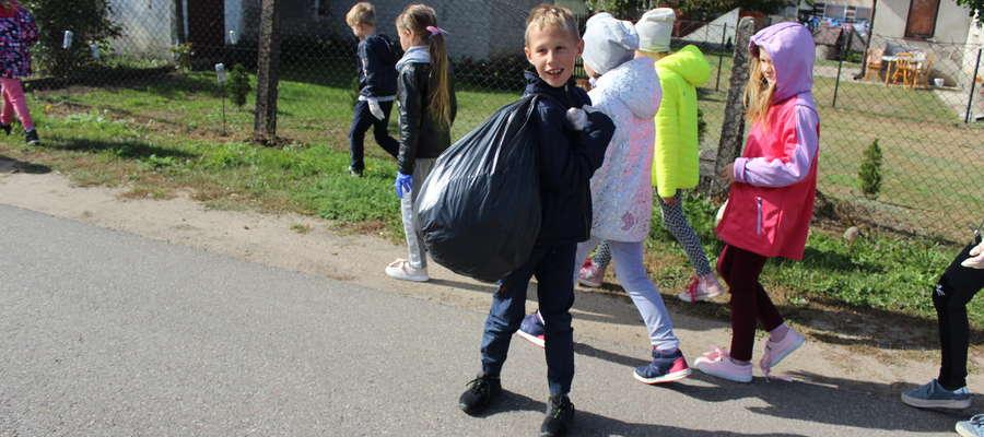Uczniowie posprzątali najbliższą okolicę