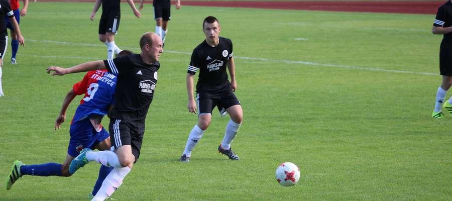 Michał Kurywczak z Cresovii (z lewej w czarnym stroju) strzelił w tej rundzie już 7 goli