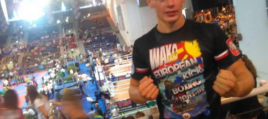 MŚJ w kickboxingu: Sebastian Kuźniak powalczy o złoty medal!