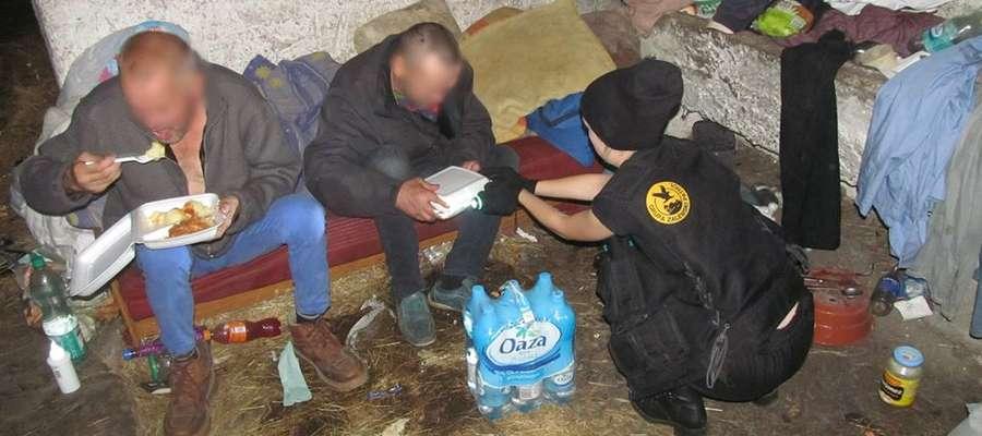 Grupa Zalewski rozdawała bezdomnym ciepłe posiłki