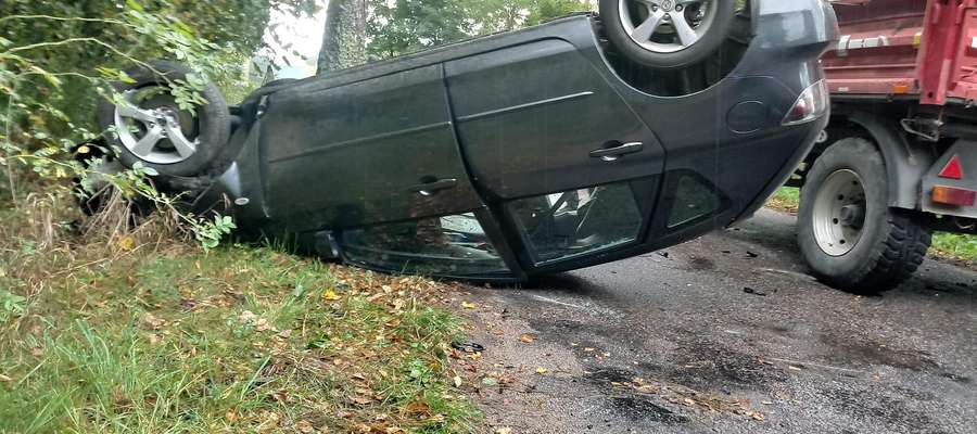 Auto najpierw uderzyło w drzewo, a później w ciągnik
