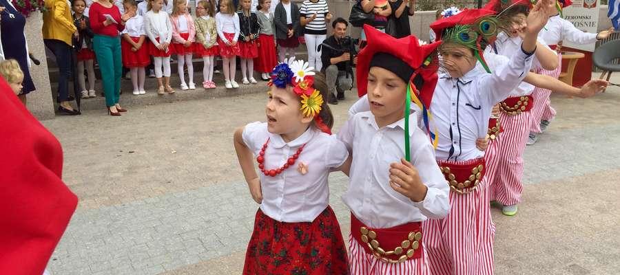 Spotkanie uatrakcyjniły występy najmłodszych uczniów, którzy tańczyli krakowiaka, śpiewali oraz recytowali wiersze